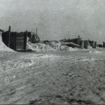 Учебный аэродром подготовили к зиме. Построили землянки для занятий в непогоду.