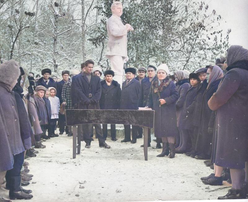 Открытие памятника С.Орджоникидзе, установленного перед школой № 13. Выступает директор школы Кузнецова Полина Терентьевна. Фото из архива РИКМ